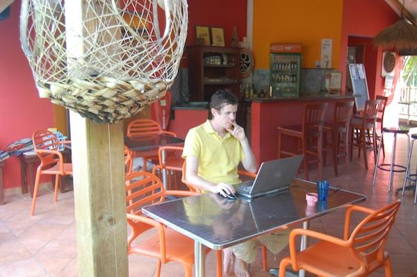 Le Boyfriend au SunsetSurfCamp pendant que tout le monde est parti surfer ou visiter l'ile.